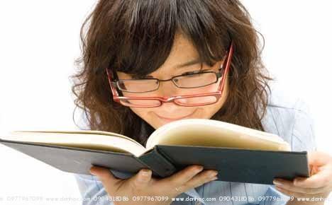 Đọc sách quá gần dẫn đến cận thị