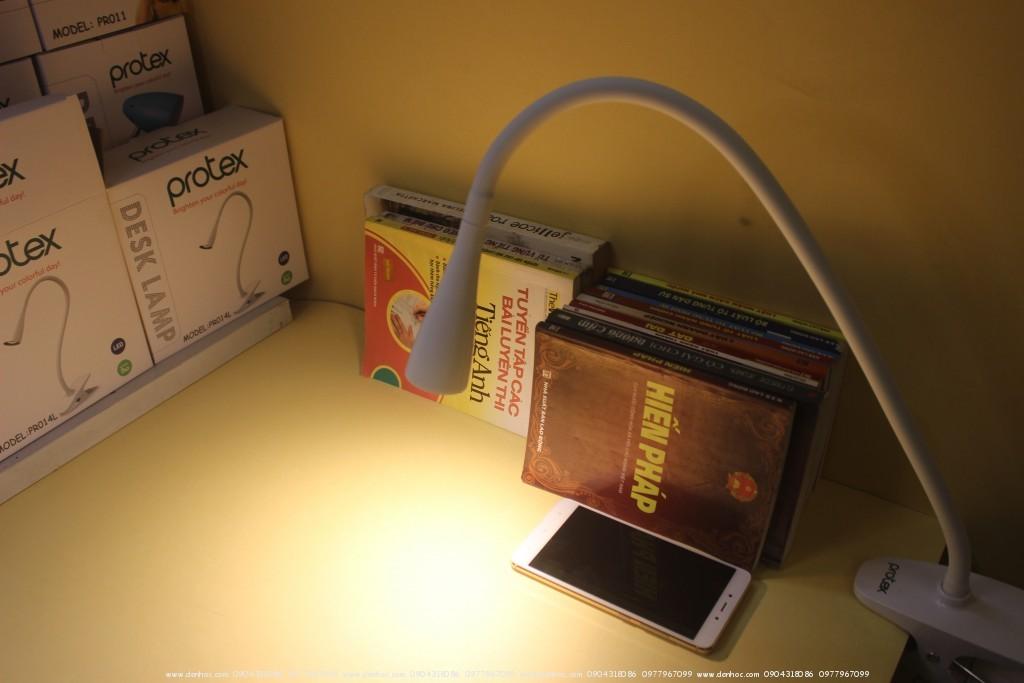 Đèn bàn protex ánh sáng vàng