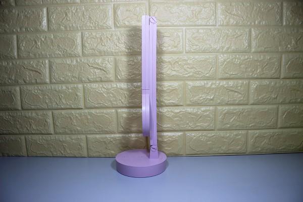 Đèn bàn sử dụng chất liệu nhựa ABS cao cấp, thiết kế tinh mịn, chắc chắn